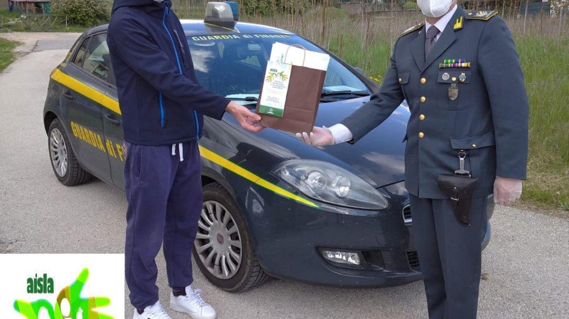 La guardia di finanza di L'Aquila consegna mascherine a persone con sindrome di Sla