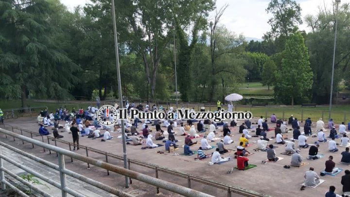 Coronavirus, musulmani a Cassino pregano distanziati per la fine del ramadan