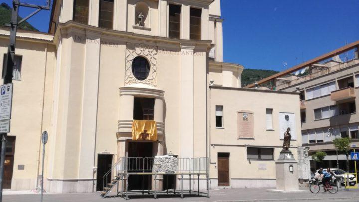 Cassino, smantellata l'aiuola spartitraffico in piazza Diamare per ampliare il sagrato della chiesa