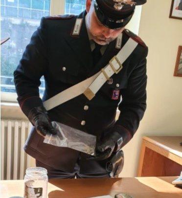 Trovati in possesso di 33 grammi di marijuana in casa, due persone denunciate dai carabinieri