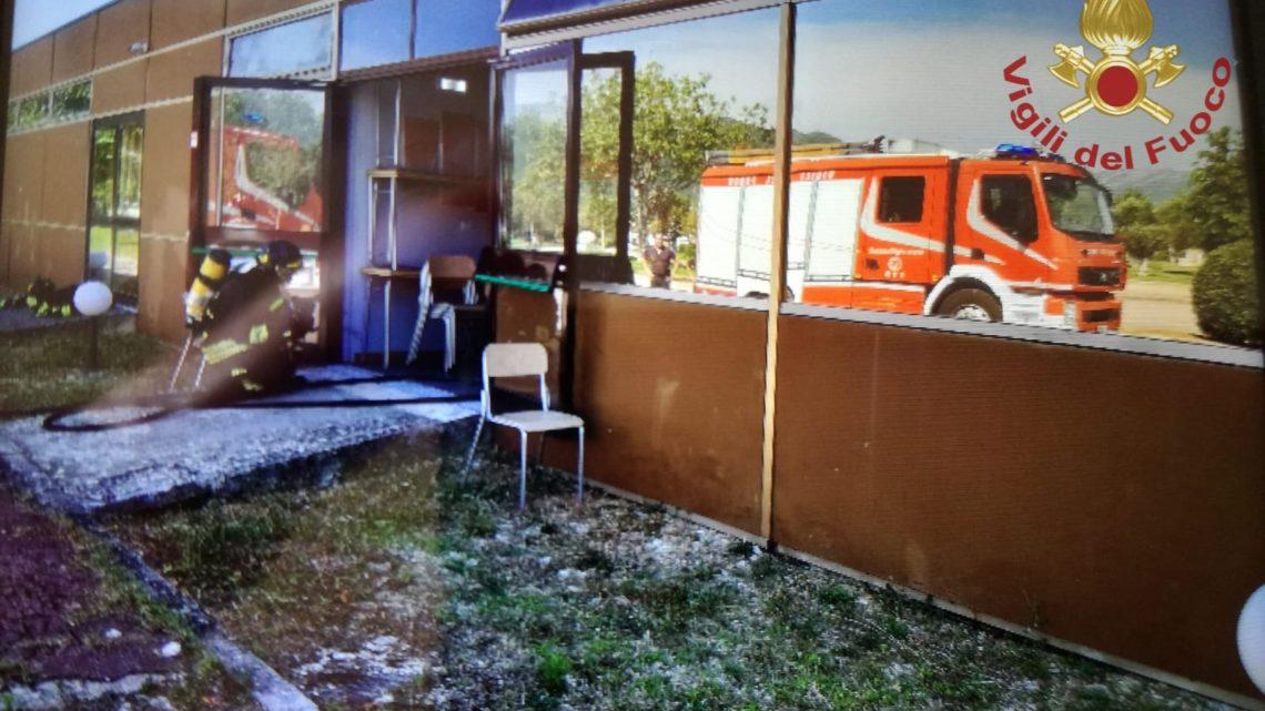 I vigili del fuoco spengono l'incendio al Centro Ricerche Avanzato Medico a Pozzilli
