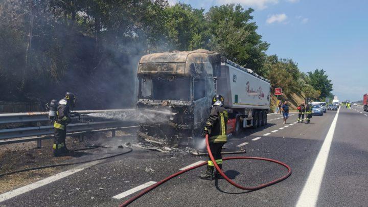 Trattore stradale in fiamme sull'autostrada a Mignano, intervengono i vigili del fuoco
