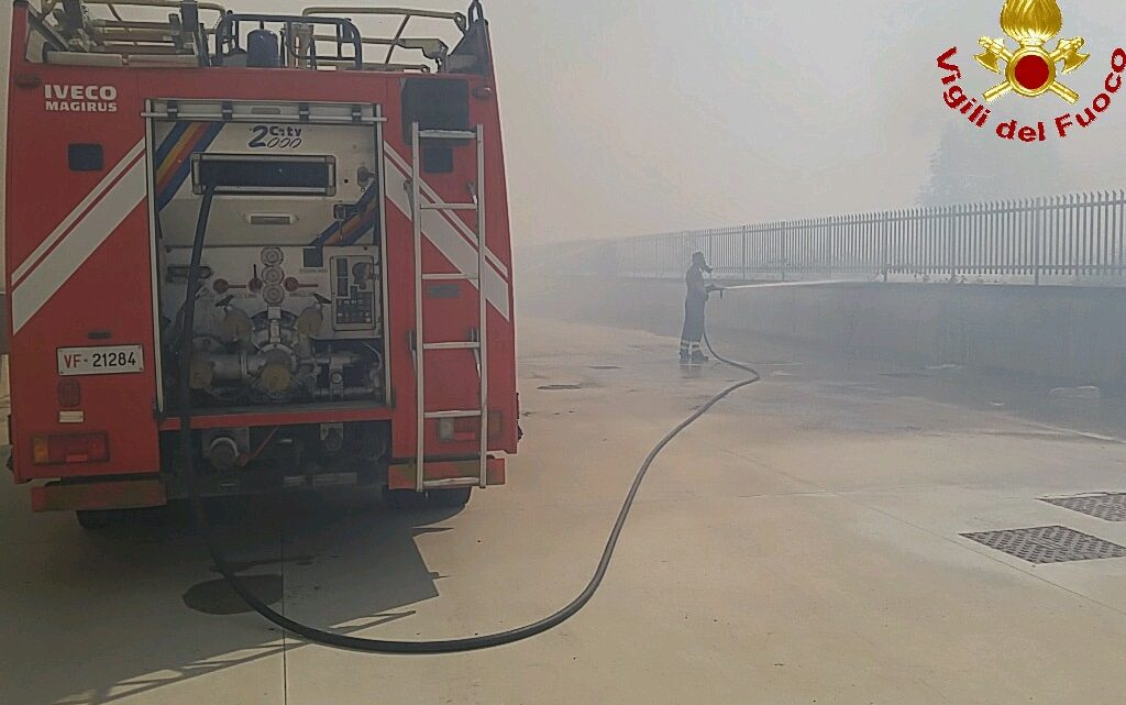 Vasto incendio nella zona dell'interporto sud di Maddaloni