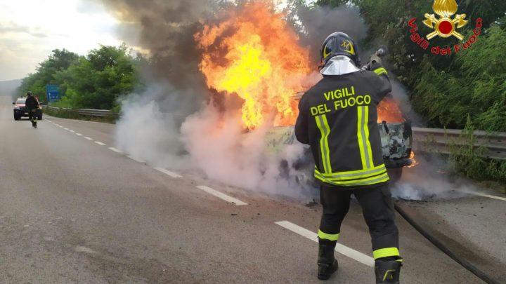 Vairano – Auto in fiamme sulla telesina, intervengono i vigili del fuoco