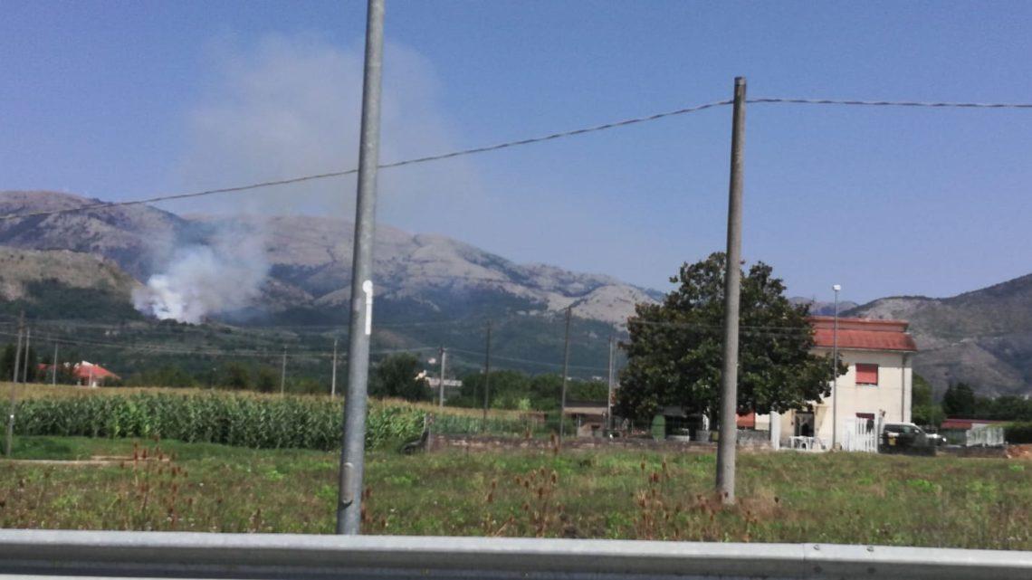 Incendio boschivo a San Vittore del Lazio, fiamme alte e fumo
