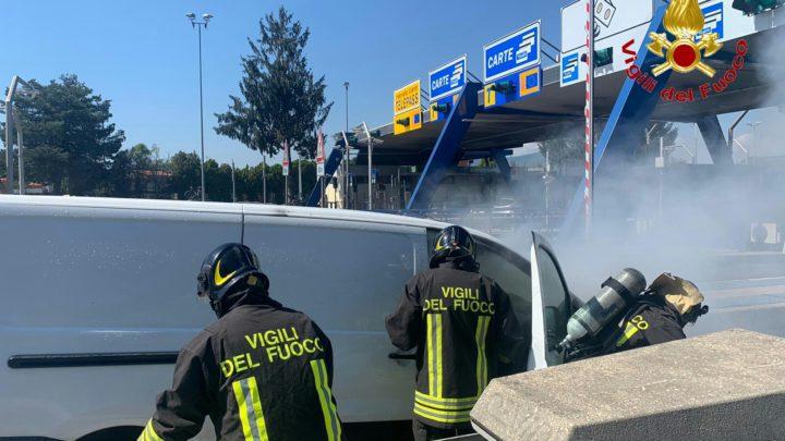 Furgone in fiamme al casello dell'A1, i vigili del fuoco domano le fiamme