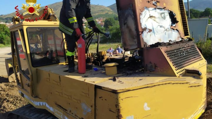 Fiamme nel motore dell'escavatore, tempestivo l'intervento dei vigili del fuoco a Calvi Risorta