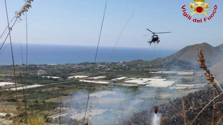 Vasto incendio di sterpaglie e macchia mediterranea a Mondragone