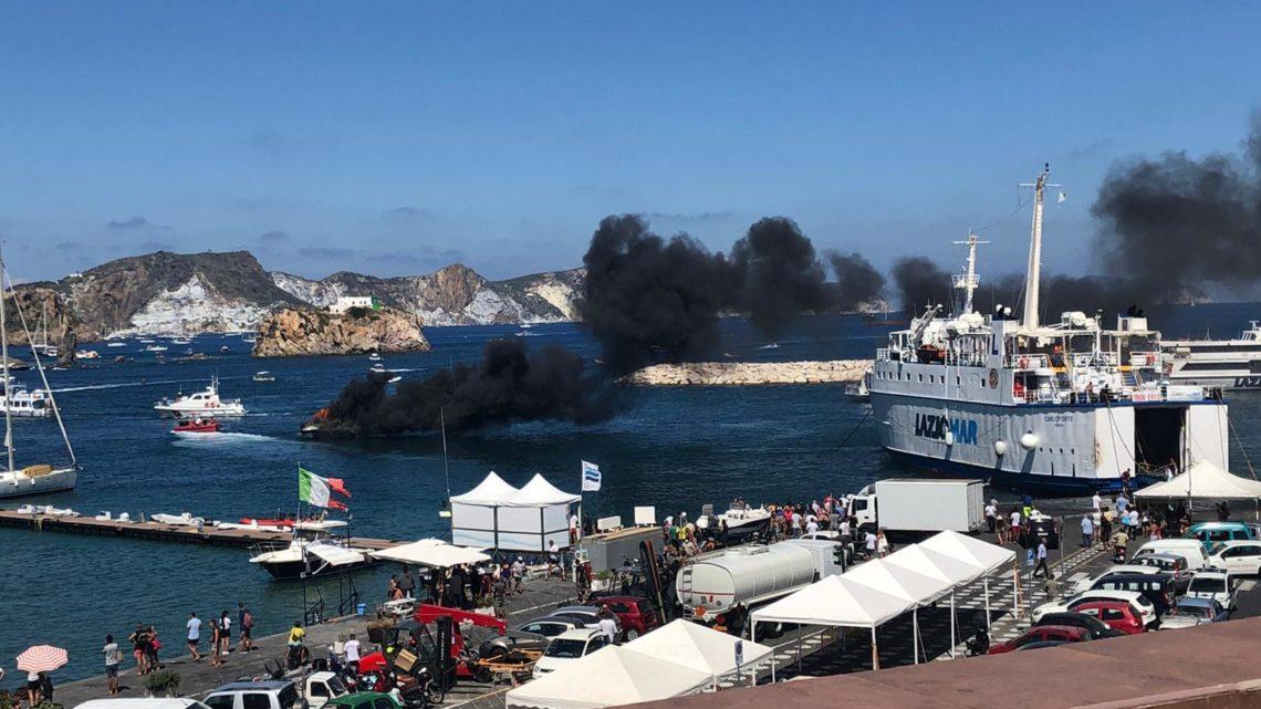 Imbarcazione in fiamme nel porto di Ponza