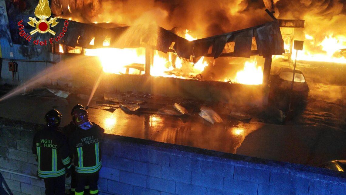 Grosso incendio in un deposito Giudiziario nella zona industriale di Teverola