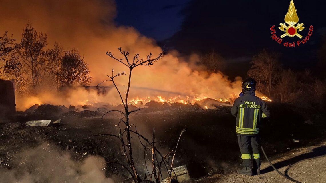 Incendio nella ex isola ecologica di Alife, sul posto tre squadre di vigili del fuoco
