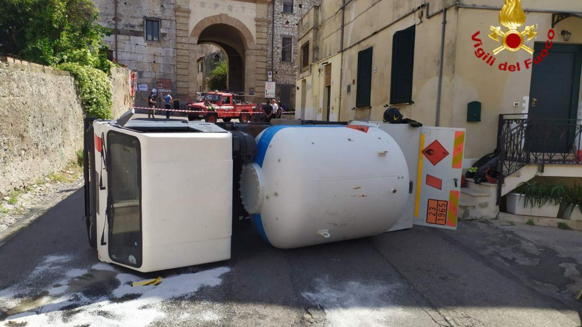 Autocisterna di Gpl si ribalta nel centro storico di Terracina con perdite di gas, vigili del fuoco sul posto