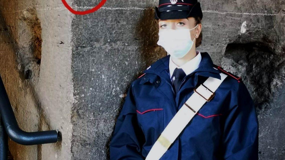 Nuovo sfregio al Colosseo, turista tedesca incide l'iniziale del suo nome su un pilastro