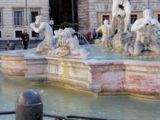 Ruba una pietra dalla fontana del Moro, rintracciato e denunciato dalla Polizia Locale