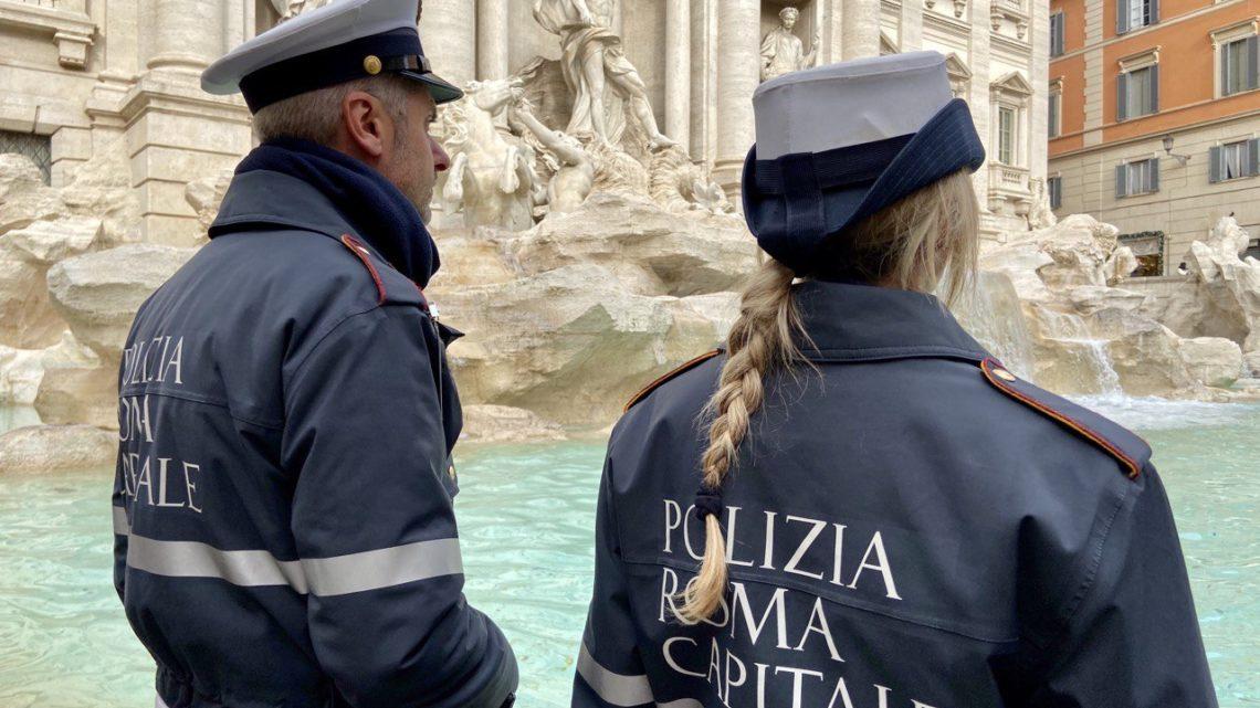 Fontana di Trevi, si arrampica sul monumento in forma di protesta . Bloccato dalla Polizia Locale