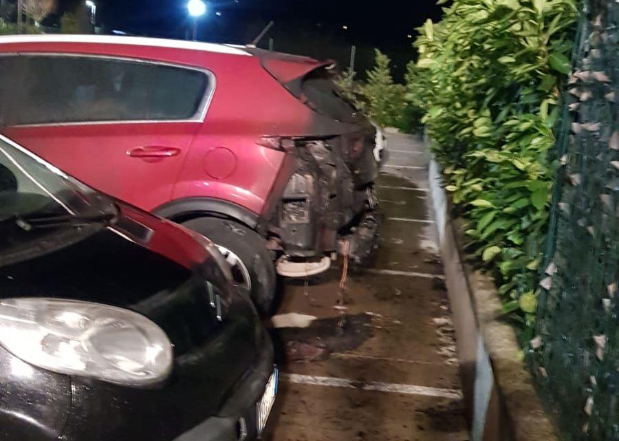 Auto in fiamme a Cassino, indagano i carabinieri