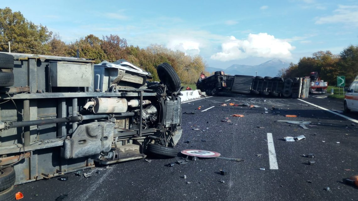 Tir travolge furgone di operai sull'A1 e si ribalta, autostrada chiusa a Ceprano