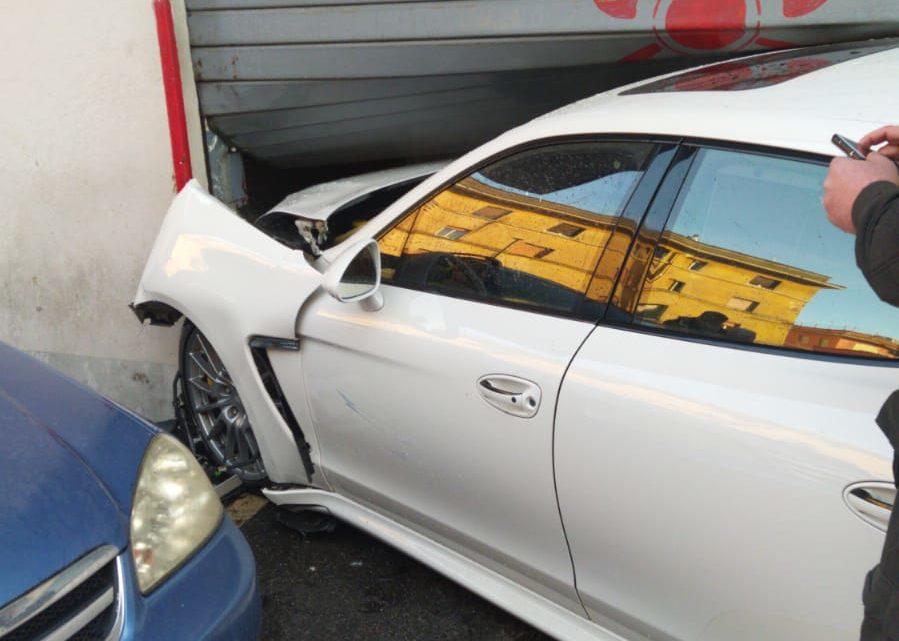 Con la Porsche contro l'autorimessa dei vigili del fuoco a Colleferro