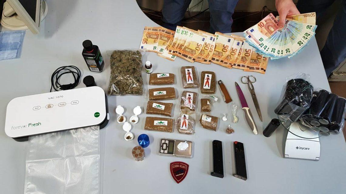 I poliziotti gli trovano in casa oltre 1 Kg di Hashish, marijuana e materiale esplosivo. Arrestato giovanissimo insospettabile a Latina