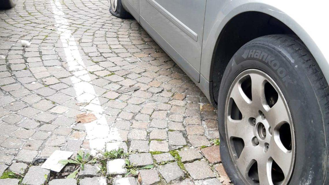 Buca le gomme di 31 auto parcheggiate a Sant'Ambrogio sul Garigliano, denunciato 38enne