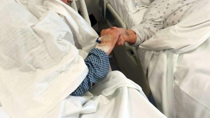 Insieme da 54 anni, si tengono per mano  nel reparto Covid-19 di Atessa