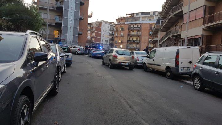 Inseguimento con spari a Roma, uomo tentabdi investire poliziotto che spara e lo ferisce
