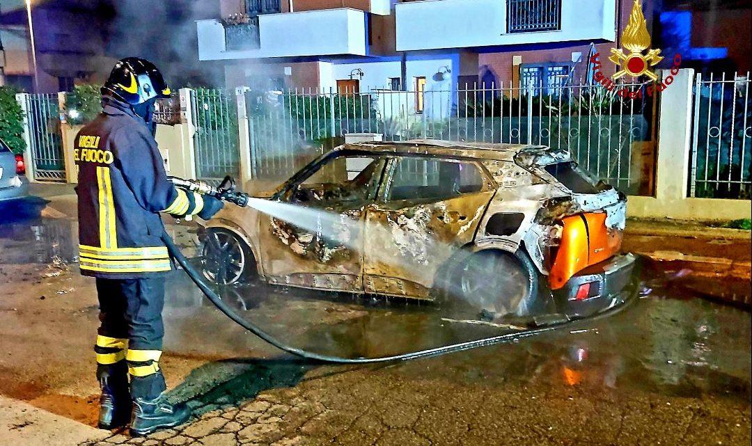 Auto in fiamme a Latina, intervengono i vigili del fuoco