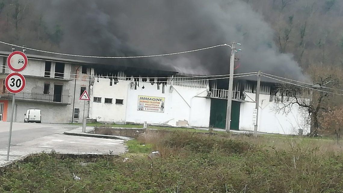 Capannone in fiamme a San Giorgio a Liri, aria irrespirabile