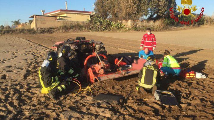Muore incastrato nelle frese del trattore, tragedia a Mondragone