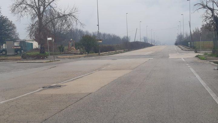 Nessuna segnaletica, sterpaglie infestanti e troppi rischi: appello per via Solfegna Cantoni