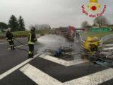 Furgone in fiamme sull'A1 a Caianello, intervengono i vigili del fuoco