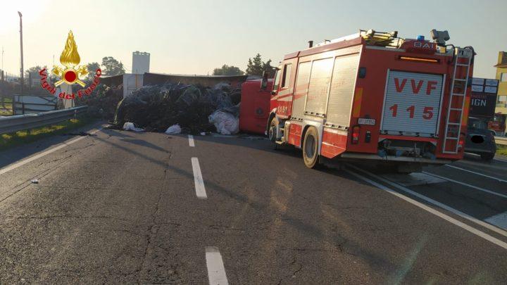 Tir si ribalta sulla via domiziana a Mondragone, muore donna 62enne