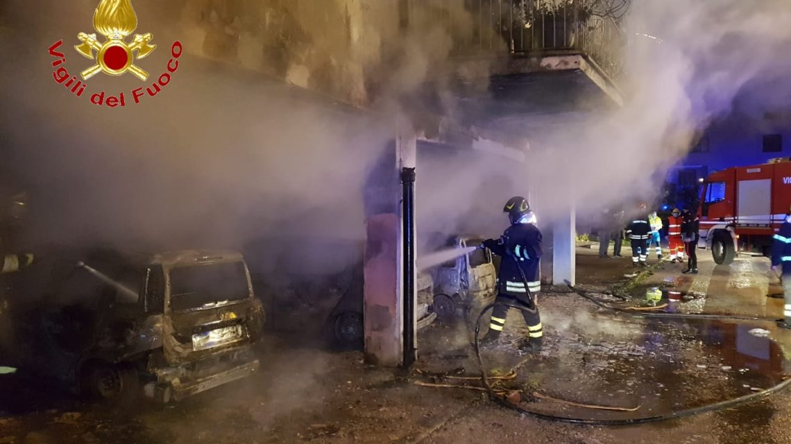 Otto auto in fiamme all'interno di un parco a Capua. Incendio in appartamento ad Aversa
