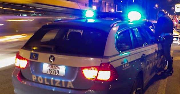Ha un aneurisma in autostrada, salvato dai poliziotti della stradale che gli praticano massaggio cardiaco
