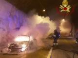 Auto in fiamme nella galleria Nunziata Lunga, intervengono i Vigili del Fuoco