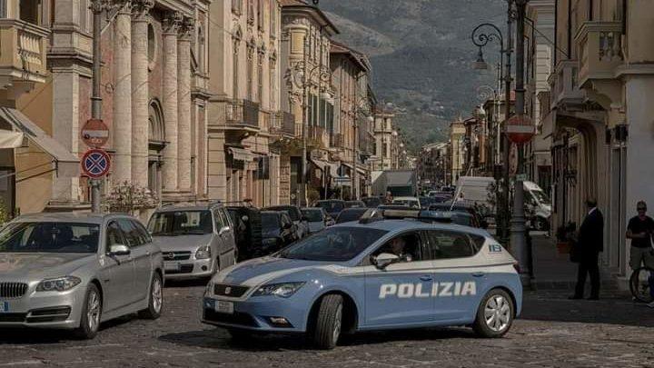 Urta con l'auto motorino elettrico per persone diversamente abili e fugge, denunciato 43enne a Sora